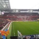 Ausverkauftes Stadion in Köln mit Blick auf die eindrucksvolle Südkurve vom Gästeblock aus.