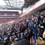 Gästeblock beim FC Köln in blau-schwarzer Hand.