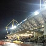 Überdachte Tribüne im Stadion Rote Erde, dahinter der Signal Iduna Park.