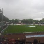 Aus dem Stehplatzbereich des Preußenstadions bei trübem Wetter.
