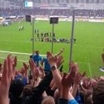 Markusch Krösche stimmt ein HUMBA mit den Fans an.