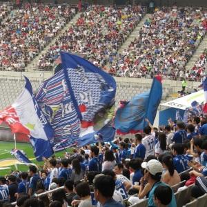 Suwon Samsung Bluewings Supporters mit blauen Schwenkfahnen.