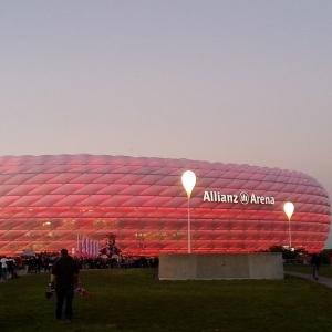 die rot beleuchtete Allianz Arena
