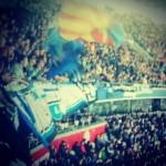 SCP Fans, die im Gästeblock der Allianz Arena mit Fahnen Stimmung machen