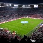 Blick aus dem Gästeblock auf die Paderborner Spieler, die sich warmmachen