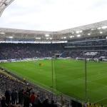 Blick aus dem Gästeblock der Rhein-Necker-Arena auf das Spielfeld beim Duell zwischen Hoffenheim und Paderborn