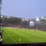 Blick aus dem Gästeblock der Paderborner auf das Spielgeschehen in Mainz