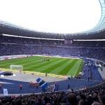 Blick aus dem Gästeblock ins Olympiastadion beim Spiel zwischen Hertha BSC und SC Paderborn 07