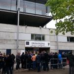 Paderborner Fans stehen am Gästeeingang des Schwarzwaldstadions