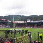 Mannschaft des SC Paderborn 07 steht in Freiburg vor dem Gästeblock, um den Sieg zu feiern