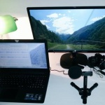 Podcast-Ausstattung mit Mikrofon, Laptop und zweiten Monitor